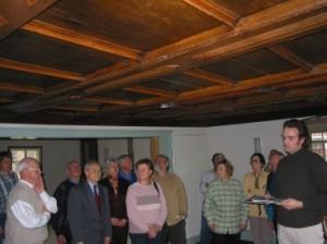 Fabian Schorer mit den aufmerksamen Zuhörern unter der Kassettendecke im »Hirschensaal«