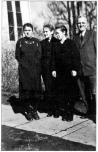 Pfarrer Martin mit Töchtern. Aufnahme vom 5.2.1950, 2 Tage, bevor er Kusterdingen verließ. Bildnachweis: Friedrich Hinderer