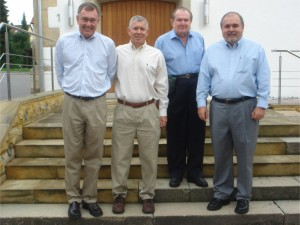 "James, Richard, William ""Bill"", William ""Bud"" Borders vor der Jettenburger Kirche"