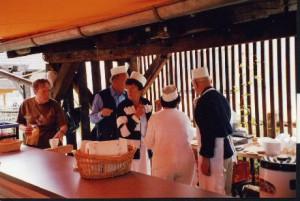 Viele Helfer (mit schicken Koch-Hütchen) sorgten für den reibungslosen Ablauf bei den Maultaschen, Schmalzbroten, Kaffee und Kuchen.